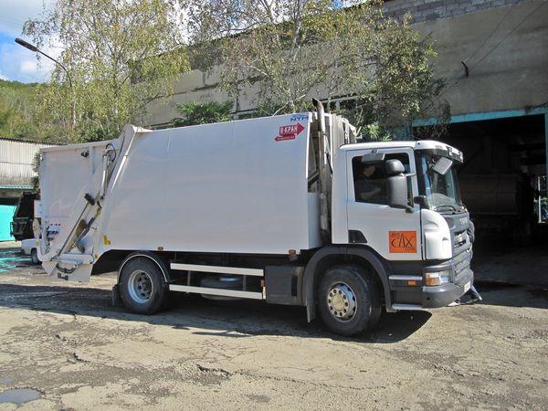 Ряд мусоровозов, поставленных NTM в Сочи, имеются устройство перемещения бака со специальными подъемными рычагами. © Närpes Trä & Metall Ab