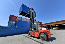 <p><strong>[Photo ]</strong> Compact power pack: The heavy-duty forklift, SMV 10-1200 C from Konecranes Lifttrucks, transports containers up to 10 tons for Pletschacher – and is 25 cm shorter than normal with its 3 m wheelbase.</p> (photo: David Knipping)