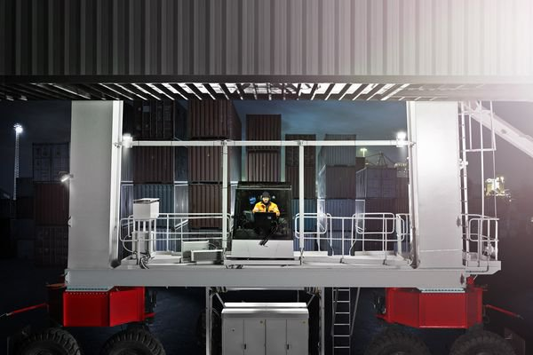 Excellent visibility through every container move is the foundation of the BOXHUNTER operating concept.© Konecranes