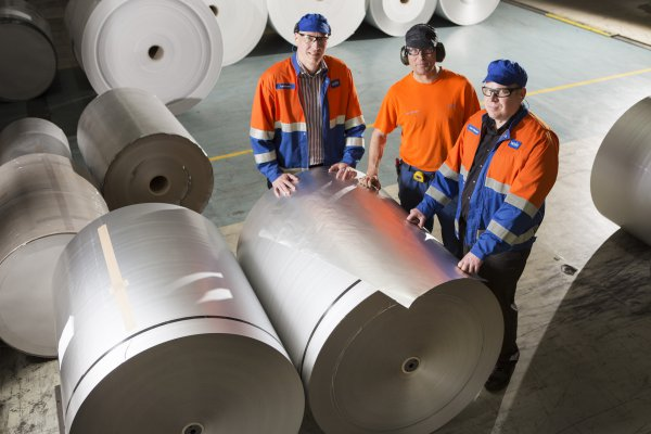<p>The new production line at Valkeakoski will enable shorter lead times. Kari Salminen, Ahti Vuorinen and Janne Ahonen inspecting the facings. © Walki Group Oy</p>