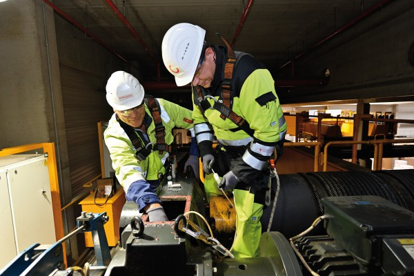<p><strong>[Photo 1] </strong>A deep look inside the crane gear: With the Konecranes oil analysis, wear traces, such as rust or metal particles in the gear oil, can be identified and unplanned downtime can be prevented.</p>