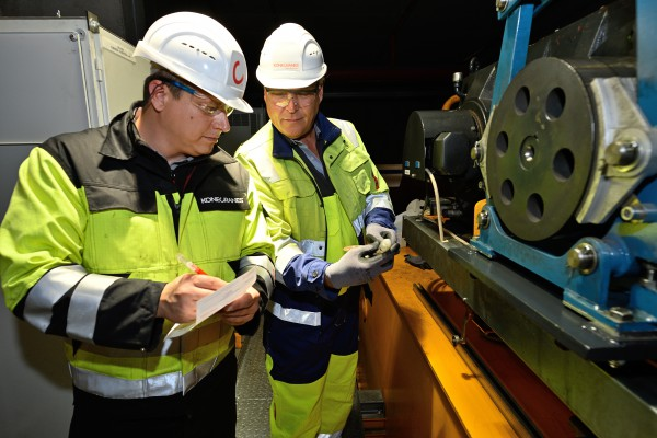 <p><strong>[Photo 3] </strong>A deep look inside the crane gear: With the Konecranes oil analysis, wear traces, such as rust or metal particles in the gear oil, can be identified and unplanned downtime can be prevented.</p>