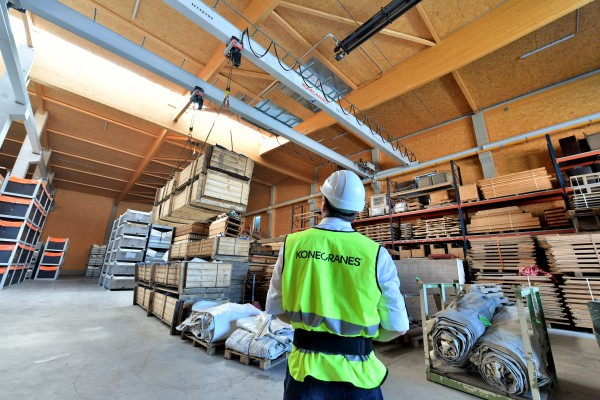 <p> The new double-girder bridge crane with electric chain hoists from Konecranes lifts loads up to 5 tons for Pletschacher. The two crabs, at a distance of 3 meters from each other, also lift bulky transport goods for the Munich festival grounds.</p>