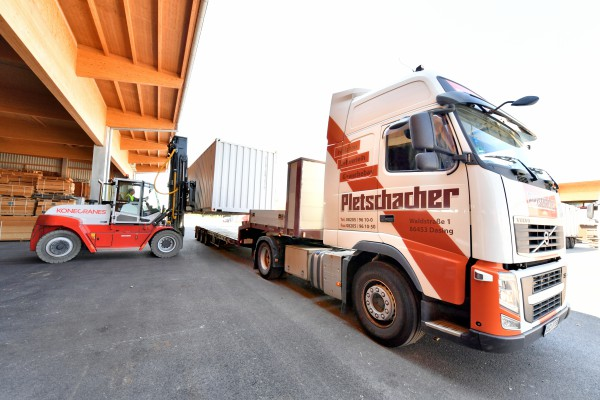 <p><strong>[Photo 5]</strong> So everything that matters reaches the festival grounds: The new heavy-duty forklift from Konecranes Lifttrucks loads the 44 truck tractor trains that are currently driving every day from Dasing to the Oktoberfest in Munich.</p>